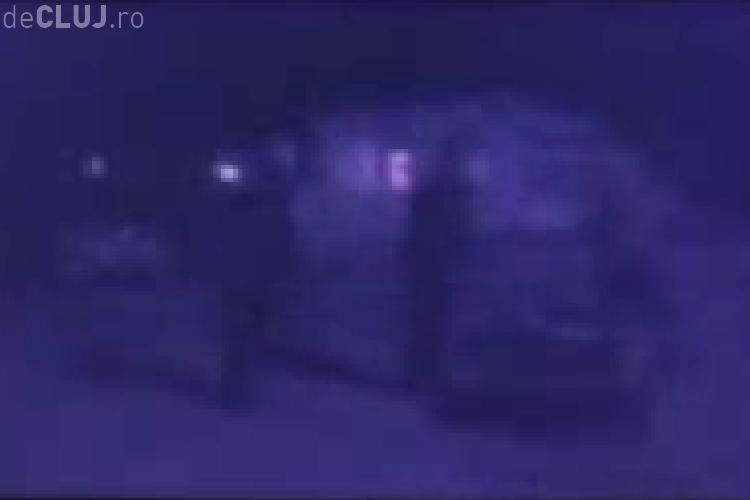 VIDEO - Seful de post din comuna Calarasi, de langa Turda, este acuzat ca a lovit o persoana cu handicap si i-a injurat ca la usa cortului pe localnici