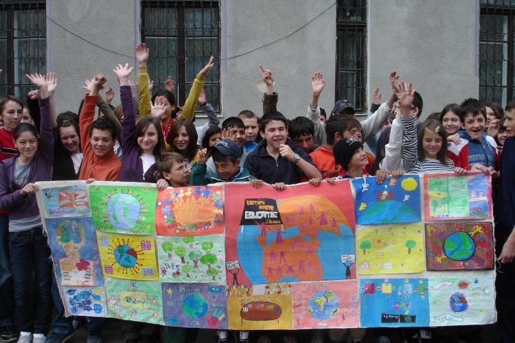 450 de elevi din Cluj si cateva milioane din toata lumea vor incerca astazi sa isi doboare propriul record mondial