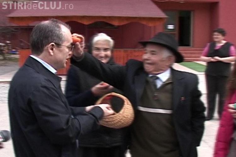 """Emil Boc a primit de Paste un ou in...cap! """"Cadoul"""" i l-a facut chiar tatal lui - VIDEO"""