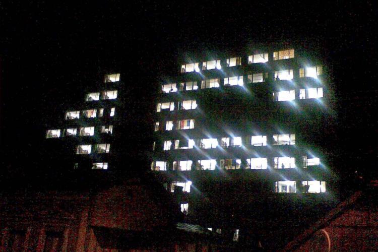 Solidaritate studenteasca! Au scris 16 cu luminile de la camere pe caminul din campusul Hasdeu, in care a murit studenta Luminita Popa