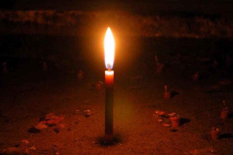 500 de tineri s-au adunat azi noapte in fata caminului 16, unde a murit studenta Luminita Popa, dupa ce a cazut in casa liftului- VIDEO