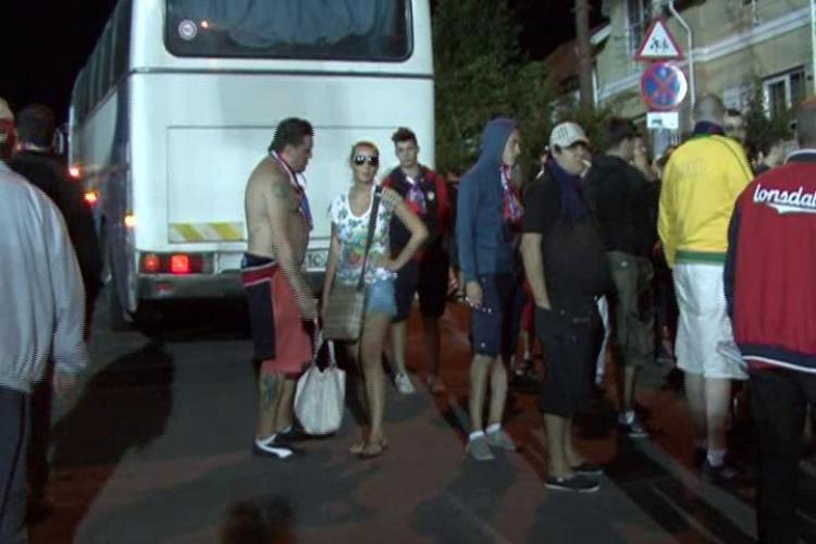 Starul porno, Alina Plugaru, i-a insotit pe suporterii Stelei la Cluj-Napoca VIDEO