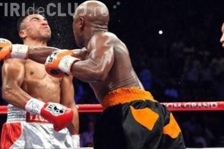 Floyd Mayweather Jr. l-a facut KO pe Ortiz, lovind ca un las VEZI VIDEO