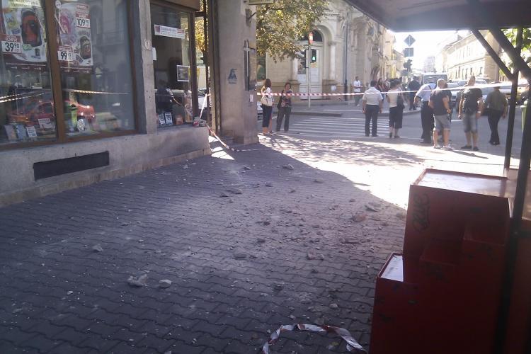 Trei copii au fost raniti langa Libraria Universitatii din Cluj-Napoca! Mai multe bucati de tencuiala au cazut peste ei VIDEO