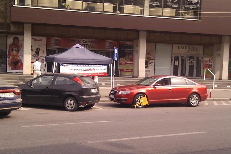 "Smecheri de Cluj! Au parcat in ""usa"" magazinului Central si s-au ales cu rotile blocate FOTO"