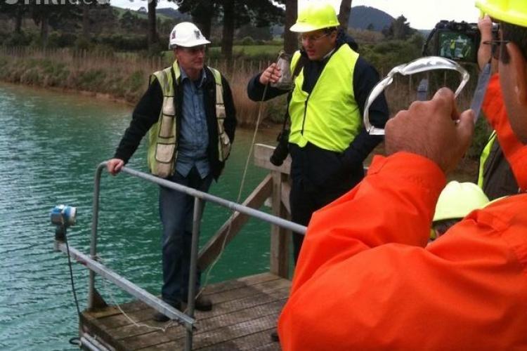 Seful RMGC, Dragos Tanase, a baut apa dintr-un iaz cu cianuri din Noua Zeelanda! VIDEO