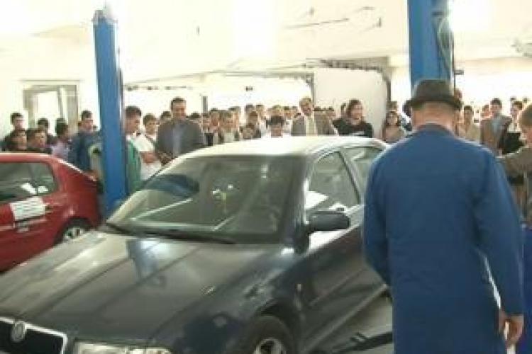 """Masina Primariei Cluj-Napoca """"analizata"""" in cel mai nou atelier scolar din Cluj: E forjata si pierde mult ulei VIDEO"""
