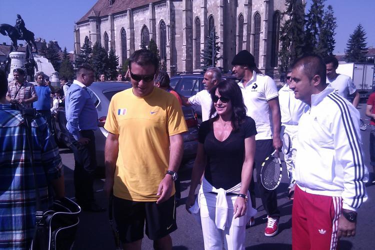 Nadia, primita la Cluj cu flori! Fostul aur olimpic a facut roata tiganului in Piata Unirii VIDEO