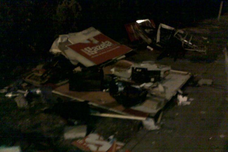 Accident langa Expo Transilvania! O masina a spulberat un chiosc de ziare si a zburat de pe strada Aurel Vlaicu FOTO