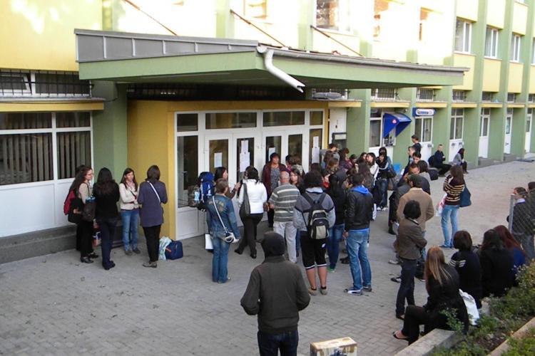 In Hasdeu e ca in gara! Studentii au stat ore bune pentru a primi un loc in caminele UBB Cluj VIDEO si FOTO