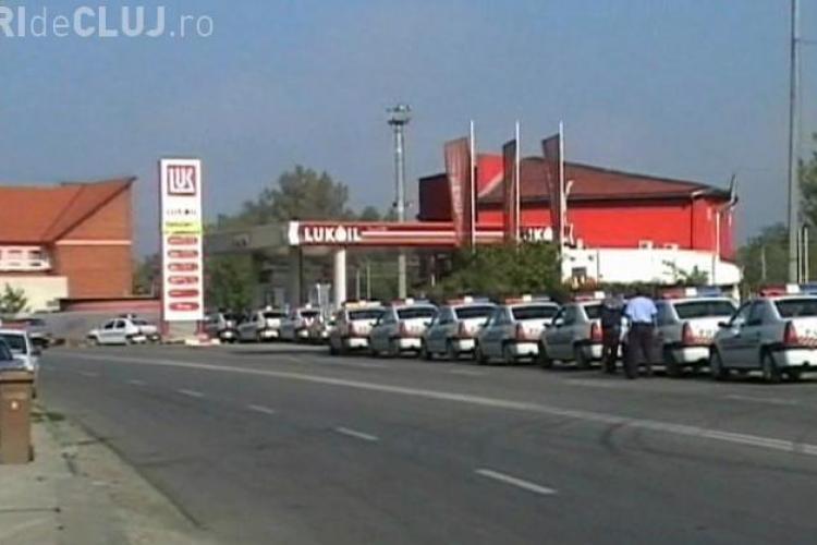 Politistii din Dej alimenteaza in gasca! Vezi cum arata 15 masini de politie in pompa de bezina VIDEO
