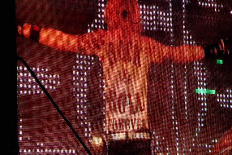 Tobosarul de la Scorpions s-a dezbracat pe scena si si-a aratat tatuajul enorm de pe spate FOTO
