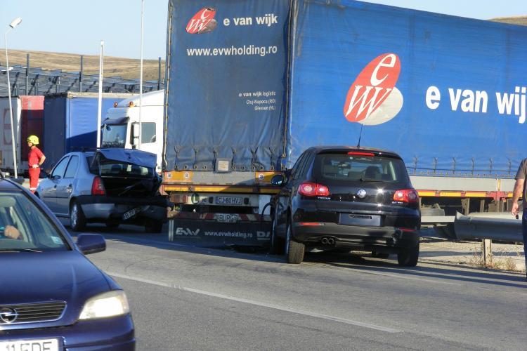 Accident la intrare in Apahida! Soferul unui VW Tiguan a intrat sub un TIR