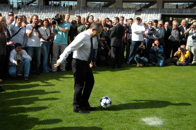 Emil Boc, fotbalist pe Cluj Arena! Premierul a executat primul penalty, dar a ratat FOTO si VIDEO