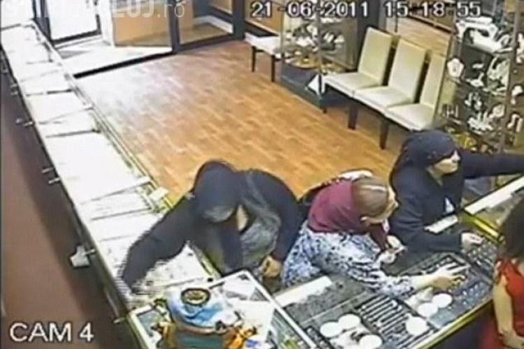 Tiganca romanca fura dintr-un magazin bijuterii de 54.000 de lire! VIDEO CAMERA DE SUPRAVEGHERE
