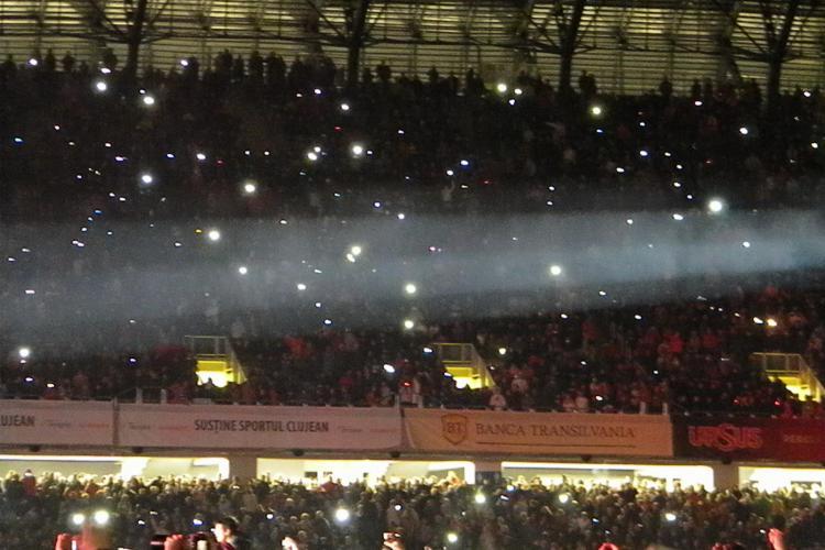 """Cum arata stadionul Cluj Arena iluminat de mii de telefoane! Voltaj a condus """"armata"""" de licurici electronici VIDEO"""