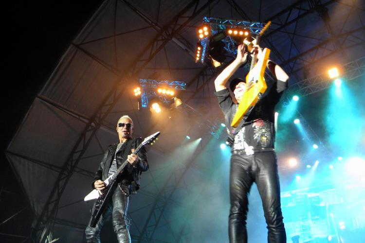 Chitaristii de la Scorpions, rockeri fara varsta! Vezi ce show au facut la marginea scenei VIDEO