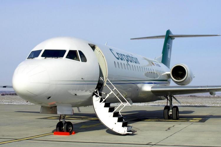 Carpatair a curatat de gheata avionul cu matura si luni dimineata la Cluj! Vezi marturia unui angajat VIDEO