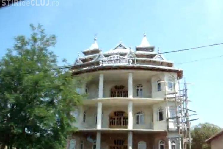 In Huedin sunt 96 de palate tiganesti! Primaria vrea un nou PUG pentru a le interzice, dar nu are bani VIDEO