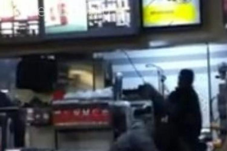 Ce bataie au mancat doua cliente McDonald's de la un angajat! VIDEO