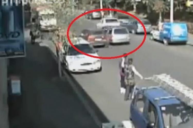 Accident stupid la Dej. Cum sa incapa trei masini pe un drum cu doua benzi? VIDEO CAMERA DE SUPRAVEGHERE