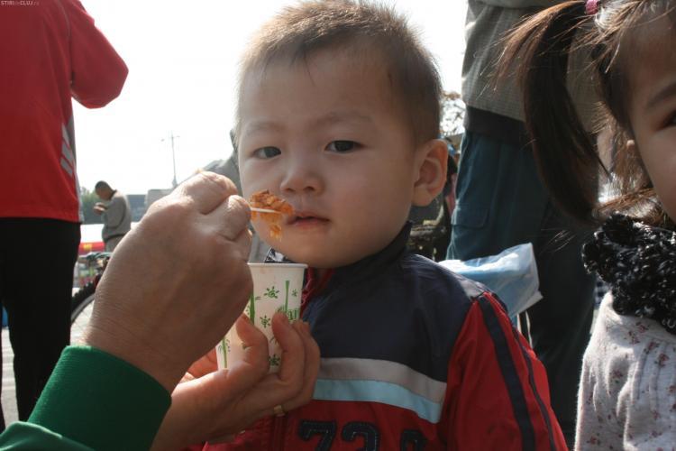 Cum au mancat sarmale copiii din Coreea de Sud! Bucatarii de la Memo 10 au gatit romaneste FOTO