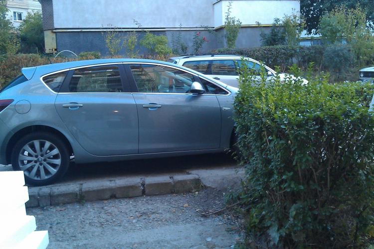 Nesimtire? Un sofer si-a parcat masina in usa unui bloc de pe Gheorghe Dima FOTO