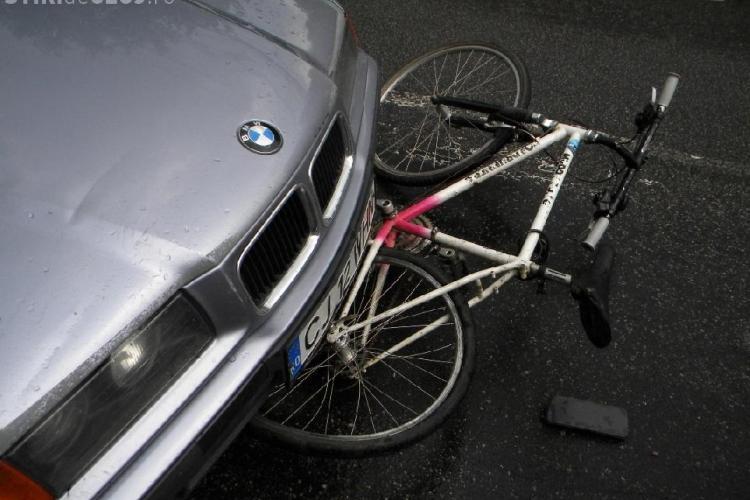 Biciclist lovit de un taximetrist in Piata Cipariu