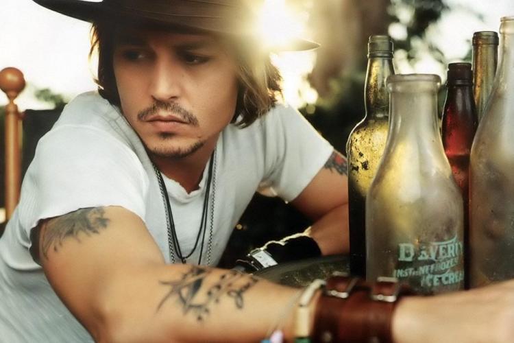 Johnny Depp, praf de beat! Actorul a cazut pe jos VIDEO