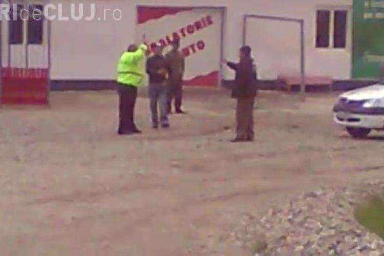 Politist clujean atacat de tigani cu sabii si bate! Omul legii a scos pistolul ca in vestul salbatic VIDEO