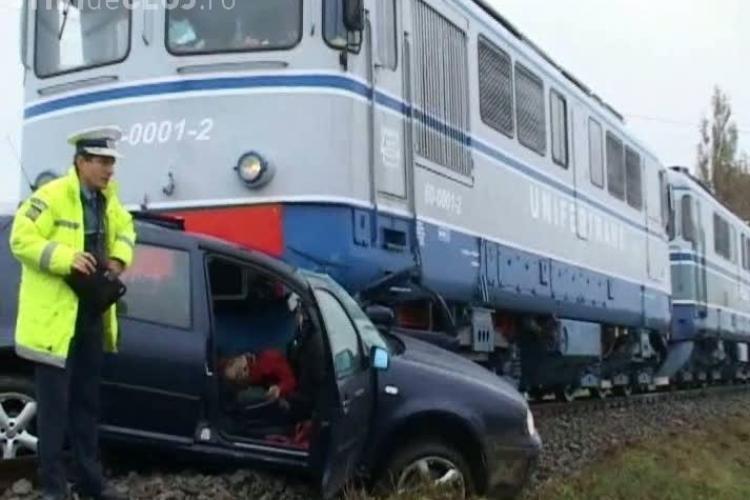 Masina lovita de tren in Lompirt, Salaj! O tanara a ramas blocata in masina si a fost spulberata de tren VIDEO IMAGINI SOCANTE