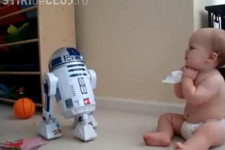 Un bebelus care discuta cu un robot, senzatie pe YouTube VIDEO