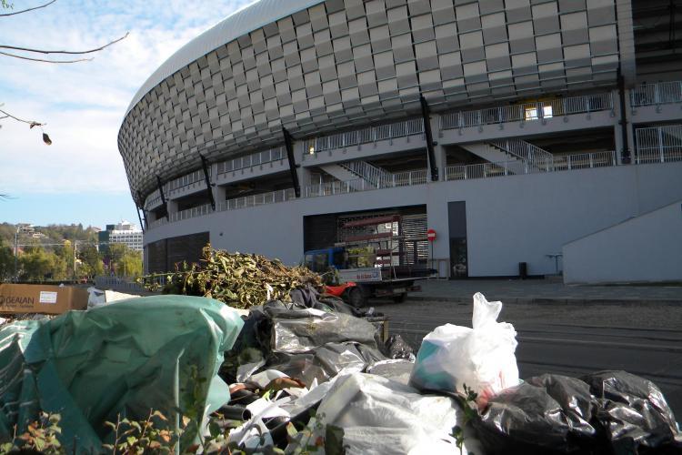 Cluj Arena isi arunca gunoaiele in fata stadionului, pe strada Splaiul Independentei VIDEO si FOTO