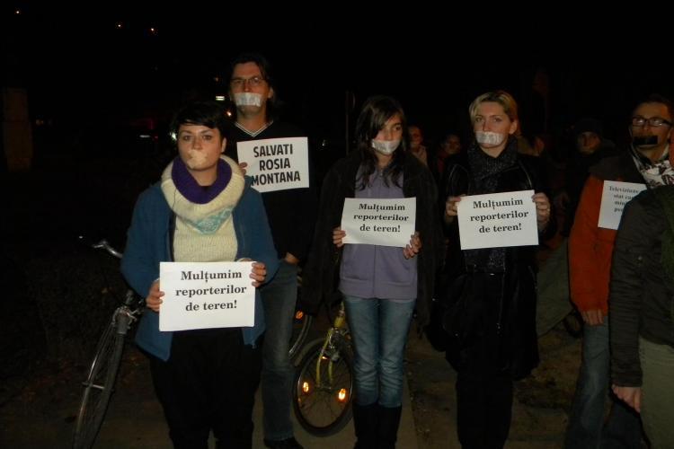 Ocupati TVR Cluj! 30 de protestatari Rosia Montana cu leucoplast pe gura au protestat in fata televiziunii publice VIDEO si FOTO