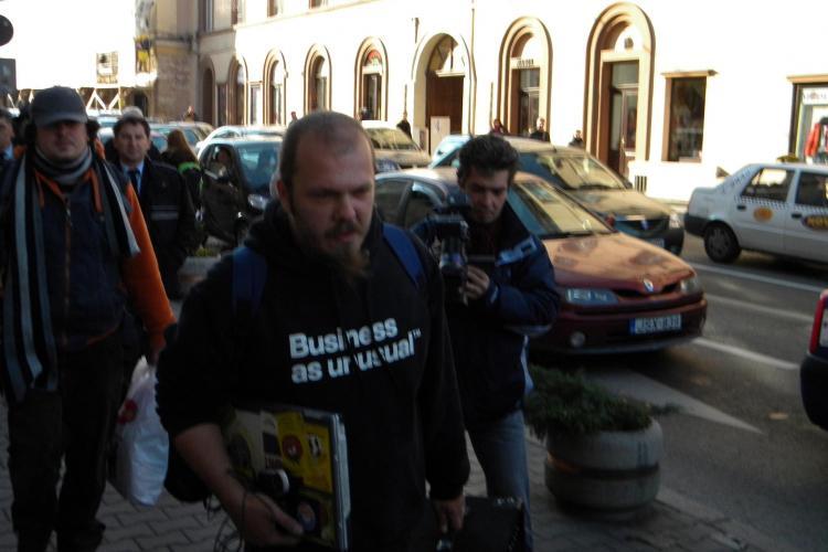 Protest la Conti! Cei 6 ecologisti baricadati in cladire au fost evacuati cu forta de politisti VIDEO si FOTO