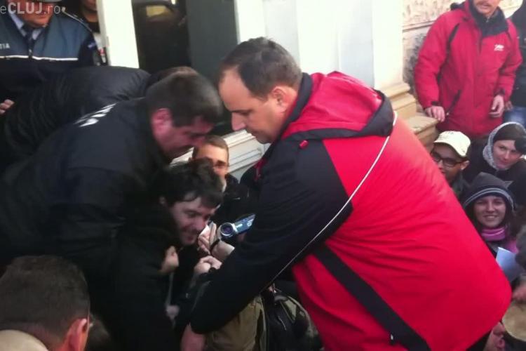 """Sustinatorii protestului de la Conti au blocat intrarea in fostul hotel si au strigat """"Fara violenta!"""" VIDEO"""