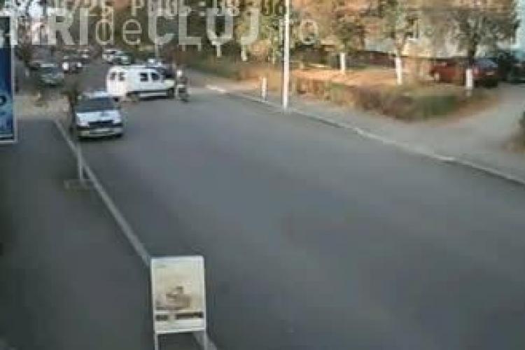 Vezi cum este lovit un scuter de un sofer din Dej si haosul din trafic VIDEO CAMERA DE SUPRAVEGHERE