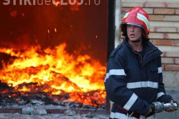 Incendiu la Bontida! Pentru a fi sigur ca vin pompierii, un barbat a spus ca tatal lui a ars in foc