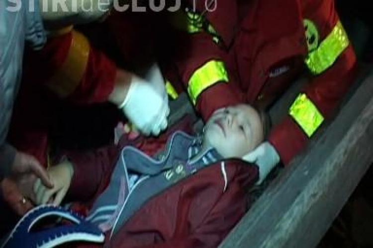 O cruce din cimitirul Manastur a cazut peste o fetita de patru ani. Micuta este in stare grava VIDEO IMAGINI SOCANTE