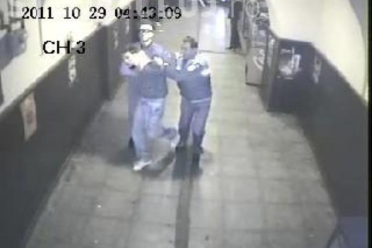 Studentul batut de politisti a iesit din Janis Stuf nevatamat, cu catuse la mana VIDEO CAMERE DE SUPRAVEGHERE