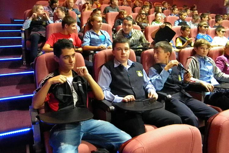 Trupa Audienta Generala joaca o piesa de teatru la Cinema Marasti