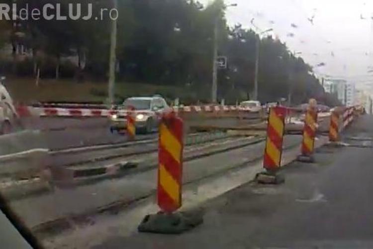 Muncitorii de la linia de tramvai asfalteaza si pe ploaie in Manastur VIDEO