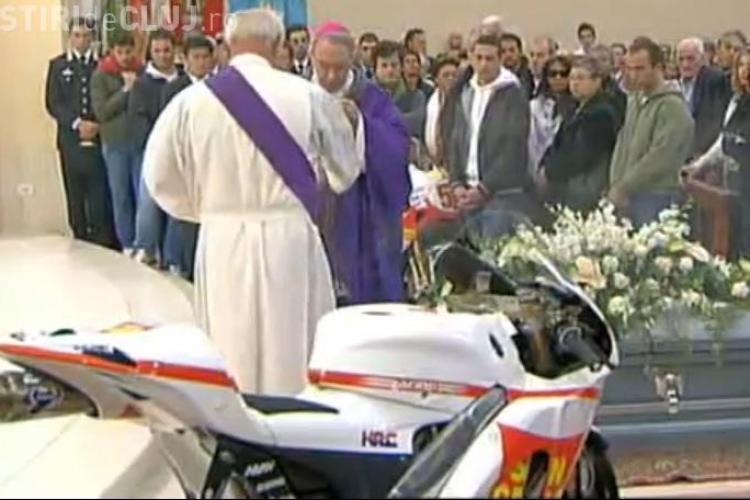 Marco Simoncelli, inmormantat. Mii de oameni l-au condus pe ultimul drum VIDEO