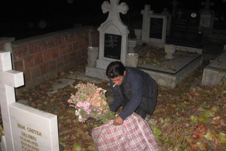 Prinsa in timp ce fura flori din Cimitirul Manastur FOTO