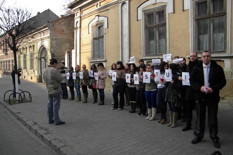 """Tinerii PSD Cluj au cerut """"Demisia Apostu!"""", in fata Primariei Cluj-Napoca VIDEO si FOTO"""