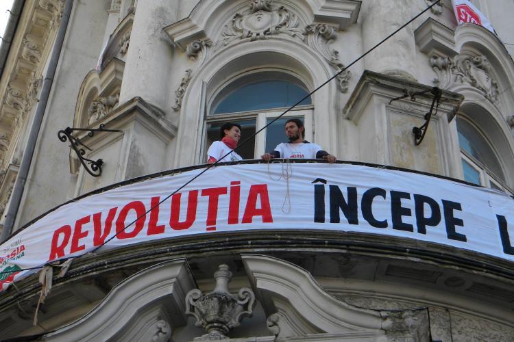 Protest aniversar in fata la Conti! O saptamana de proteste sarbatorita cu tort