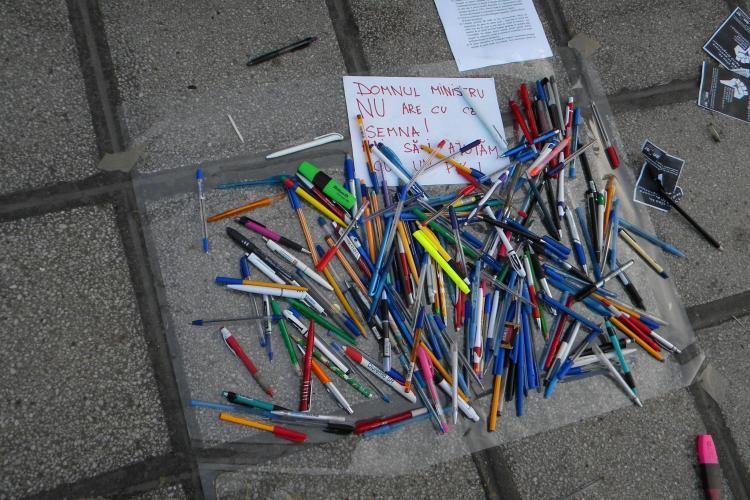 Protest studentesc in Piata Lucian Blaga! Tinerii au strans sute de pixuri pentru ministrul Educatiei, Daniel Funeriu VIDEO si FOTO
