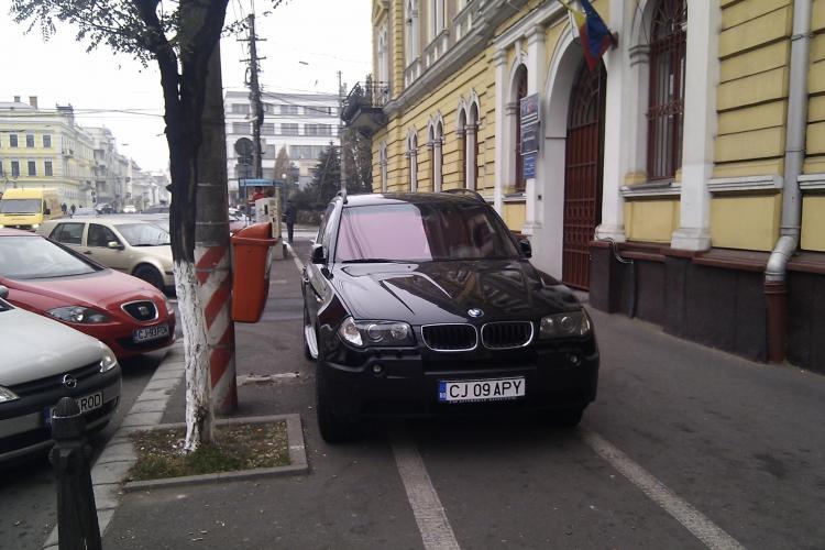 Smecher cu BMW, a parcat pe trotuar in fata Finantelor Publice! Soferii nu se mai tem ca le va fi ridicata masina VIDEO si FOTO