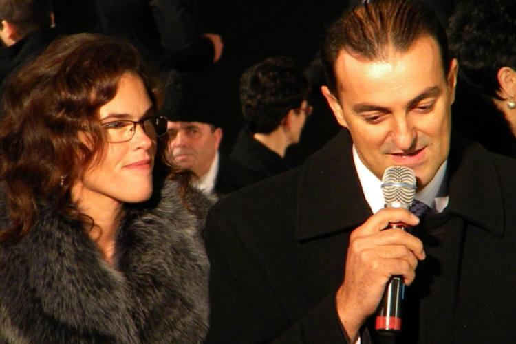 Monica Apostu ar fi primit de la firma Kiat haine si pantofi, iar primarul Apostu un bilet de avion