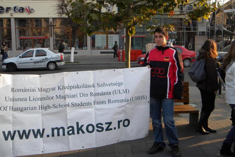 Flash mob al elevilor maghiari impotriva ministrului Funeriu, in Piata Unirii